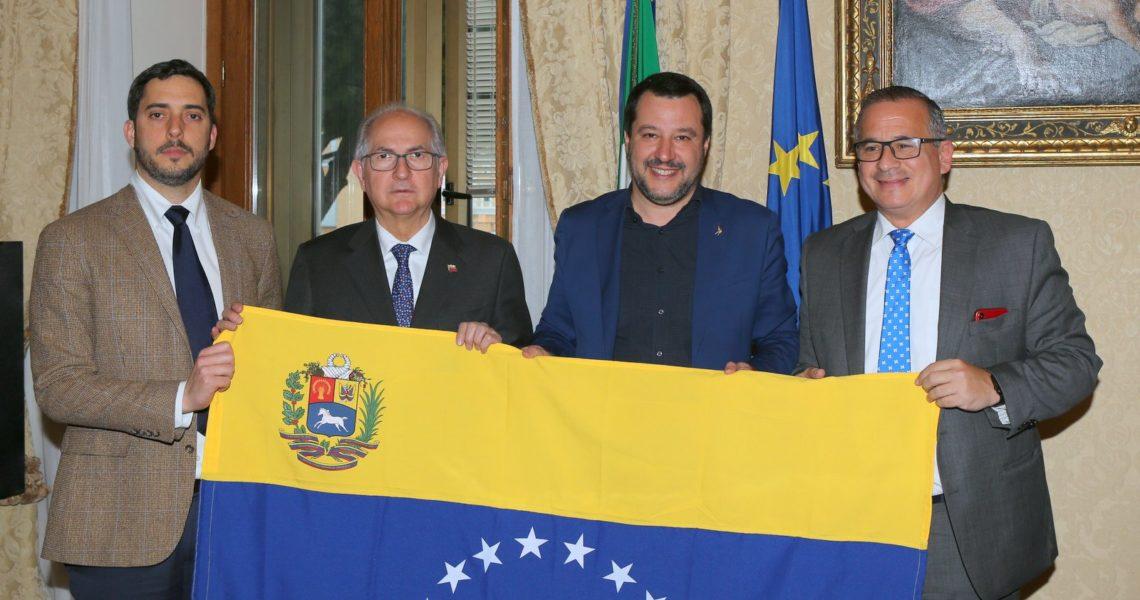 Foto di una delegazione italo venezuelana con il Ministro Salvini